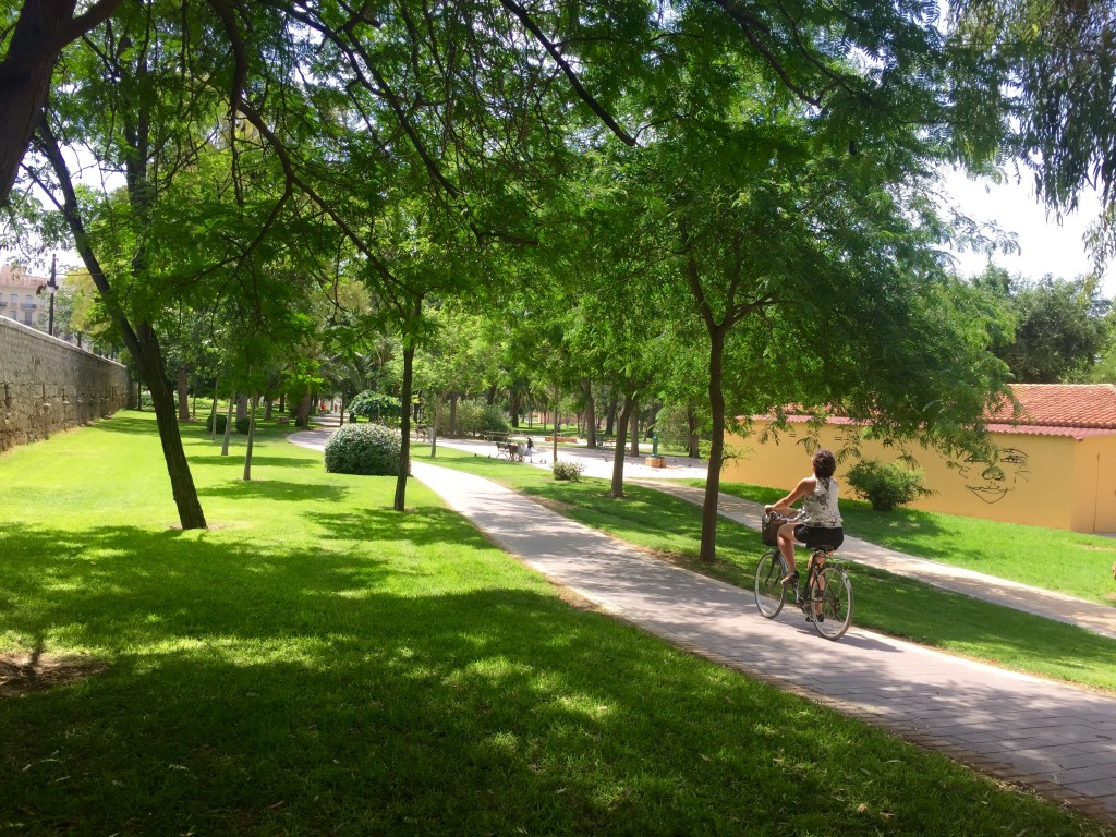 Cycling through Valencia's Jardin del Turia